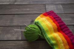 Esferas do fio colorido O processo de fazer malha tampões fotografia de stock royalty free