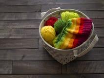 Esferas do fio colorido O processo de fazer malha tampões fotografia de stock