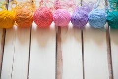 Esferas do fio colorido Vista de acima Todas as cores do ra Imagens de Stock