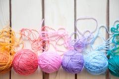 Esferas do fio colorido Vista de acima Todas as cores do ra Imagem de Stock
