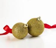 Esferas do Natal com fita vermelha Foto de Stock
