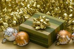 Esferas do Natal e caixa de presente Foto de Stock Royalty Free