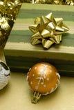 Esferas do Natal e caixa de presente Imagem de Stock Royalty Free
