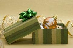 Esferas do Natal e caixa de presente Imagens de Stock