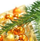Esferas do Natal e filial da pele-árvore Imagem de Stock