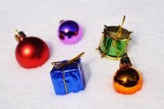 Esferas do Natal na neve Fotos de Stock