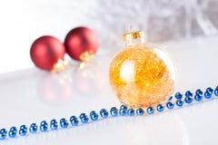 Esferas do Natal no fundo abstrato Fotografia de Stock