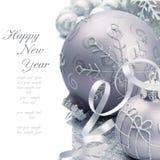 Esferas do Natal no fundo de prata fotos de stock