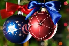 Esferas do Natal no fundo verde Imagem de Stock
