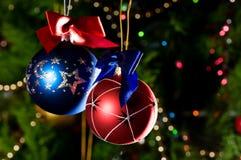 Esferas do Natal no fundo verde Fotografia de Stock
