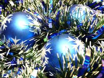 Esferas do Natal no ouropel Fotos de Stock Royalty Free