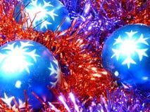 Esferas do Natal no ouropel Fotografia de Stock Royalty Free