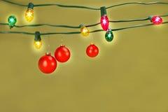 Esferas do Natal que penduram em luzes imagem de stock