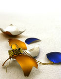 Esferas douradas e azuis quebradas Imagem de Stock Royalty Free