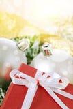 Esferas e caixa do Natal Fotos de Stock Royalty Free