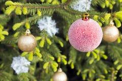 Esferas e flocos de neve do Natal Fotografia de Stock