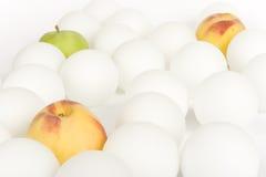 Esferas e fruta brancas 2 Fotografia de Stock Royalty Free