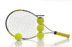 Esferas e raquete de tênis Imagens de Stock Royalty Free