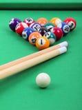 Esferas e varas na tabela de bilhar verde foto de stock royalty free