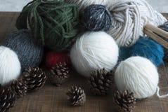 Esferas Multicoloured das lãs, agulhas de confecção de malhas de madeira Fotografia de Stock Royalty Free