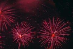Esferas que brillan intensamente rojas brillantes y estrellas que oscilan, fuegos artificiales Fondo elegante para todas las ocas Foto de archivo