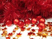 Esferas vermelhas do Natal e estrelas douradas com festão imagem de stock royalty free