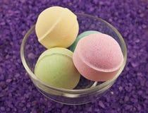 Esferas violetas de sal e de banho Imagens de Stock
