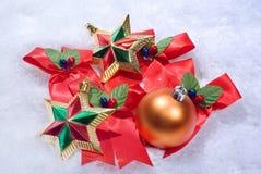 Esferas y estrellas de la Navidad Fotos de archivo