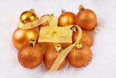 Esferas y rectángulo de la Navidad Fotografía de archivo libre de regalías