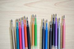 Esferográfica Pen Refills na tabela de madeira foto de stock royalty free