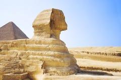 Esfinge del guarda que guarda las tumbas de los pharaohs en Giza Ciudad y río el Nilo de El Cairo Fotos de archivo libres de regalías