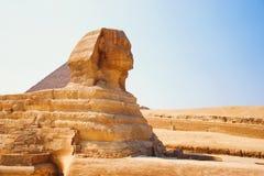 Esfinge del guarda que guarda las tumbas de los pharaohs en Giza Ciudad y río el Nilo de El Cairo Fotografía de archivo