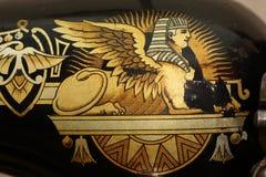 Esfinge dourada Detalhes da máquina de costura velha 1910-1914 do cantor Imagem de Stock