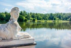 Esfinge no lago do parque de Tsaritsyno em Moscou - 2 Imagens de Stock Royalty Free