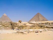 Esfinge que guarda las grandes pirámides Imágenes de archivo libres de regalías