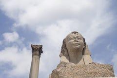 Esfinge y pilar Imagen de archivo
