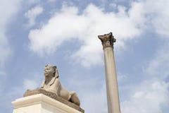 Esfinge y pilar Imagen de archivo libre de regalías