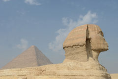 Esfinge y pirámide egipcias Imagenes de archivo