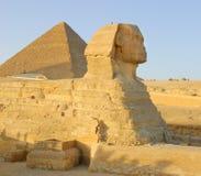 Esfinge y pirámide en Egipto Imágenes de archivo libres de regalías