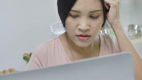 Esforço asiático do sentimento da mulher do trabalho no escritório vídeos de arquivo
