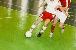 Esforço de dois jogadores de futebol para a possessão da esfera fotografia de stock