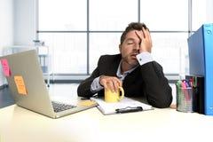 Esforço desesperado do sofrimento da expressão da cara do homem de negócios frustrante na mesa do computador de escritório fotos de stock royalty free
