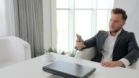 Esforço do chefe do escritório no trabalho, derrota no negócio de negócio, desespero do homem de negócios Working no portátil no  filme