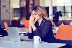 Esforço latin bonito ocupado novo do sofrimento da mulher de negócio que trabalha no computador de escritório imagem de stock royalty free