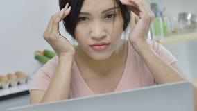 Esfor?o asi?tico do sentimento da mulher do trabalho no escrit?rio video estoque