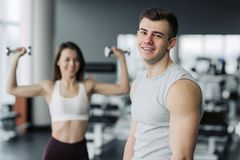 Esfor?o da tomada do resultado O atleta que relaxa no gym após exercícios da força para os músculos diferentes, dá certo seu corp fotos de stock royalty free