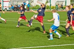 Esforce-se para a bola na caixa de pena durante o fósforo Fotografia de Stock Royalty Free