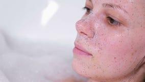 Esfregue na cara da mulher Enfrente o close-up Ia da mulher que toma um banho vídeos de arquivo