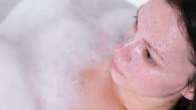 Esfregue na cara moreno da mulher bonita Enfrente o close-up Ia da mulher que toma um banho filme