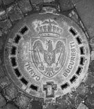 Esgoto da cidade de Bucareste - cinza do emblema de Romênia imagem de stock